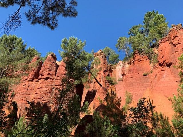 les falaises d'ocre appellent le tourisme